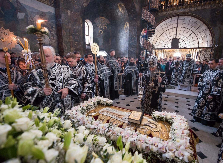 Предстоятель возглавил вечерню с выносом Плащаницы в Киево-Печерской Лавре / news.church.ua