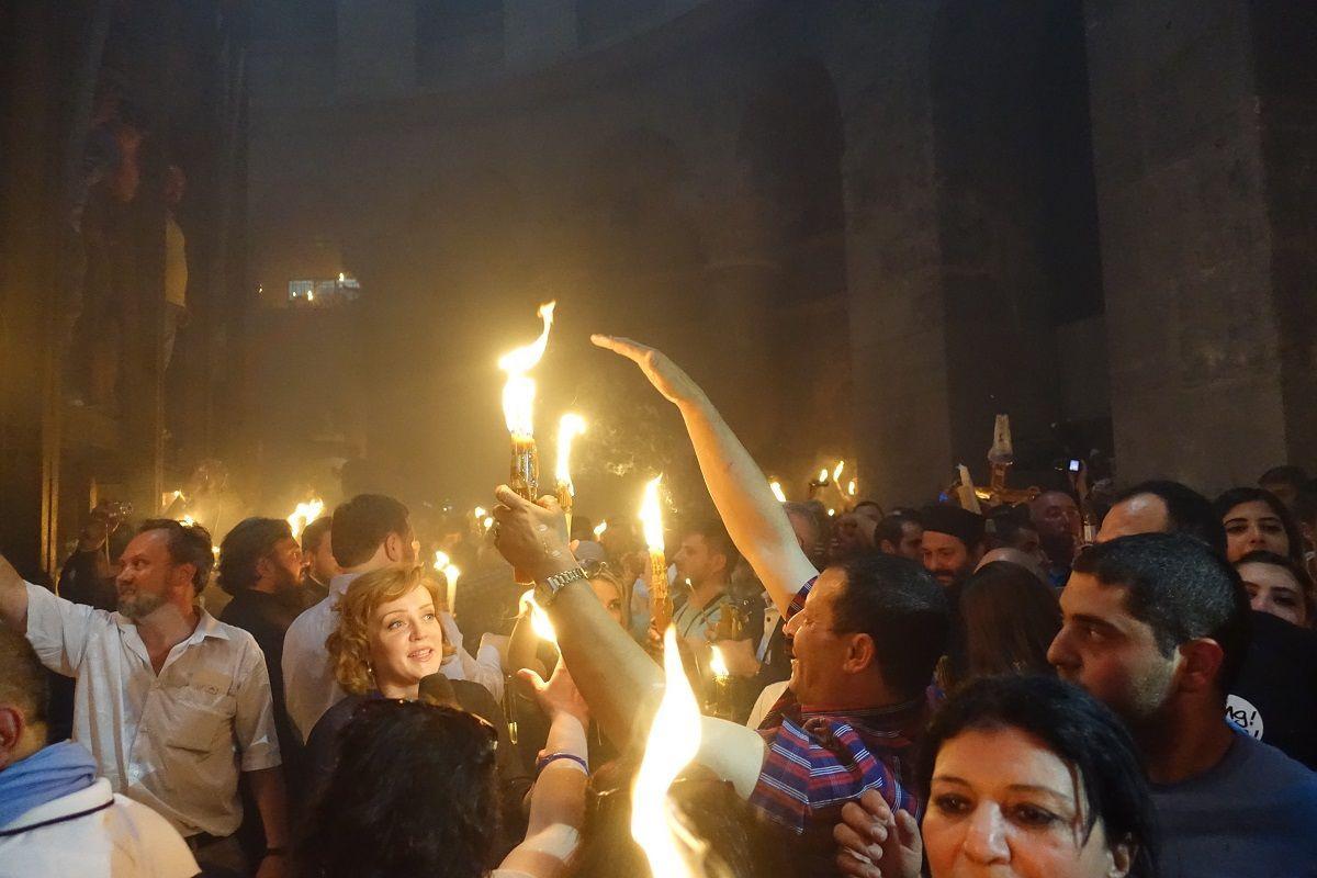 Христиане совсего мира ожидают схождение Благодатного огня вИерусалиме