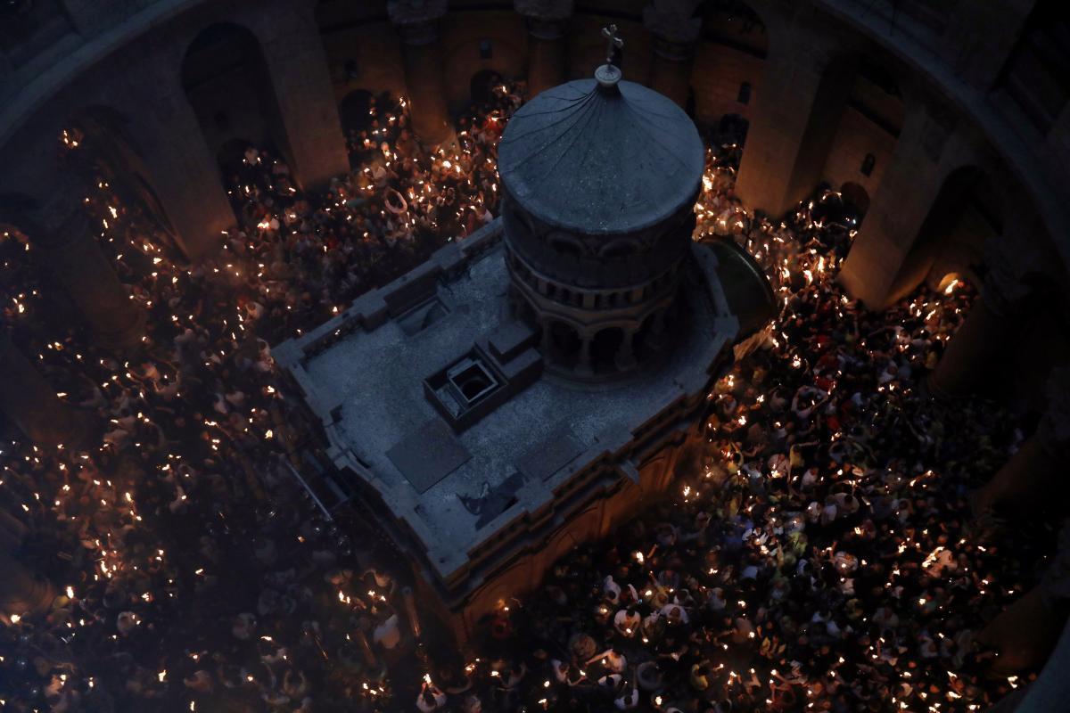 В Єрусалимі зійшов Благодатний вогонь: з'явилися вражаючі фото і відео