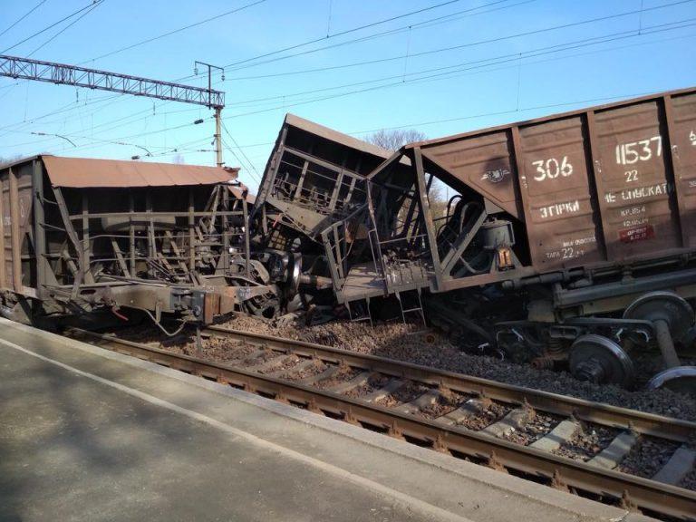 Товарний поїзд зійшов з рейок, перевернулись, як мінімум, десять вагонів / фото Варта 1