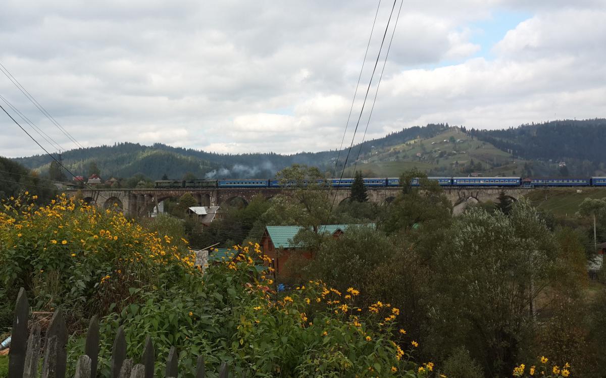 Коли поїзд їде по новому мосту - здається, що він їде по віадук