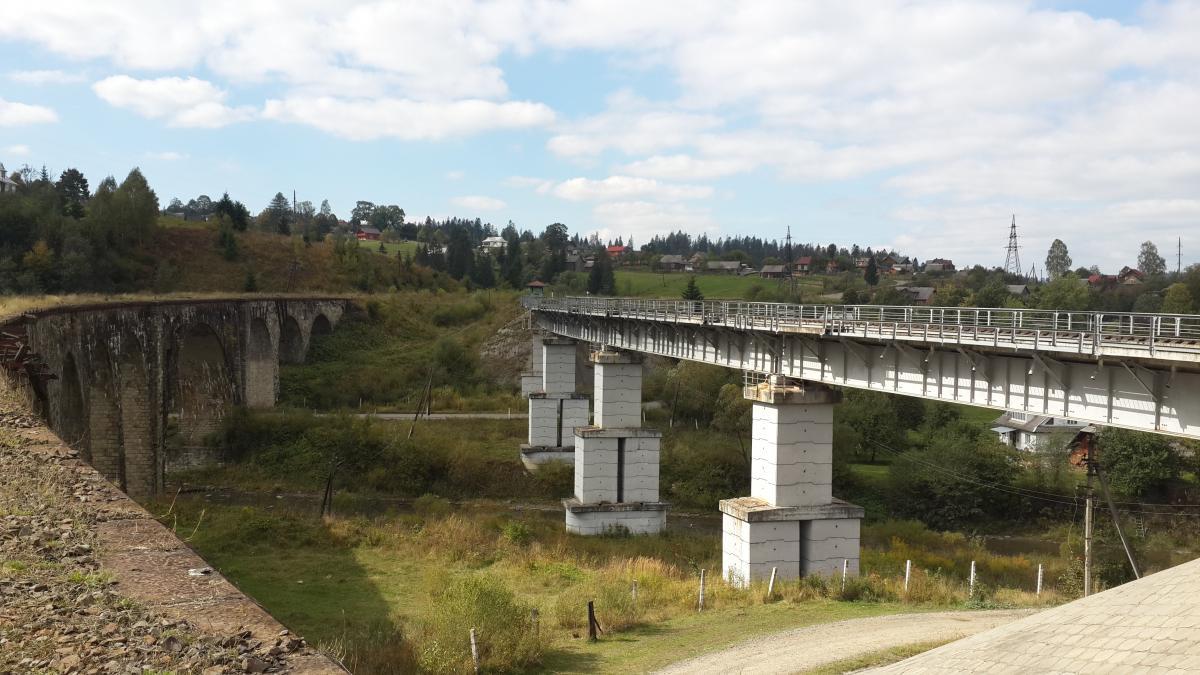 Рух поїздів перенесли на новий міст, щоб віадук не руйнувався