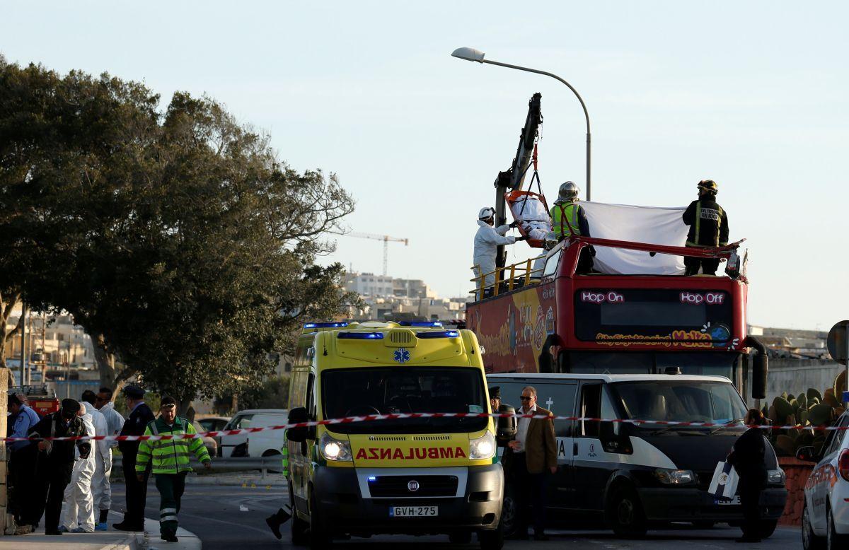 Пострадала только верхняя часть автобуса / REUTERS