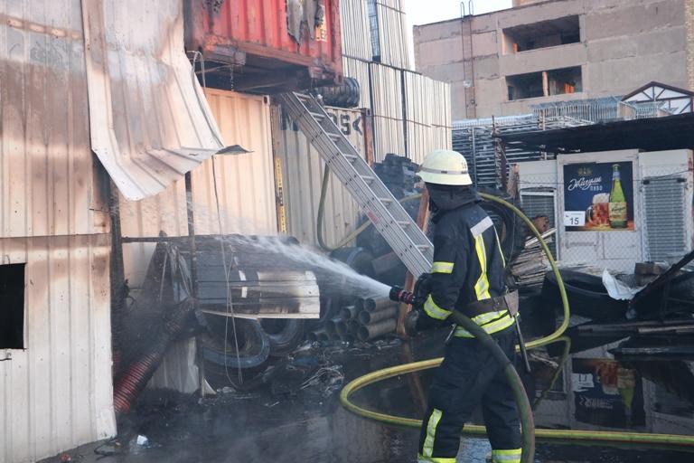 Киевские пожарные предотвратили взрыв на горящем складе / ГУ ГСЧС Украины в городе Киеве