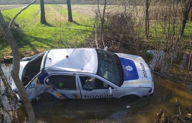 """Закарпатские полицейские устроили себе """"гонки"""" и утопили служебное авто / Mukachevo.net"""