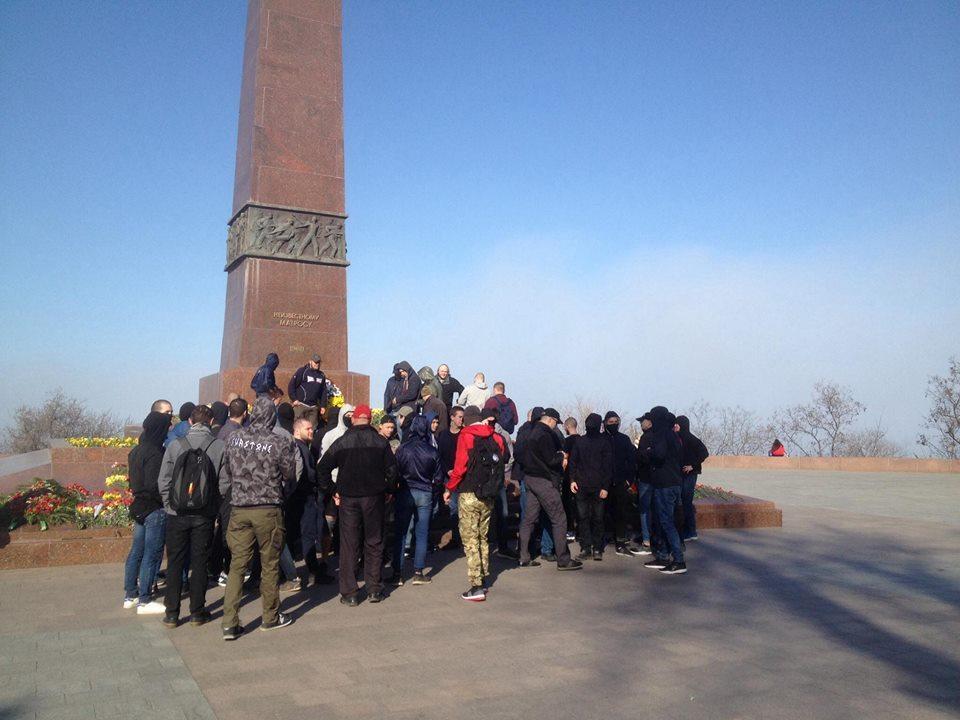 Мітинг заглушили гімном України / фото Країна