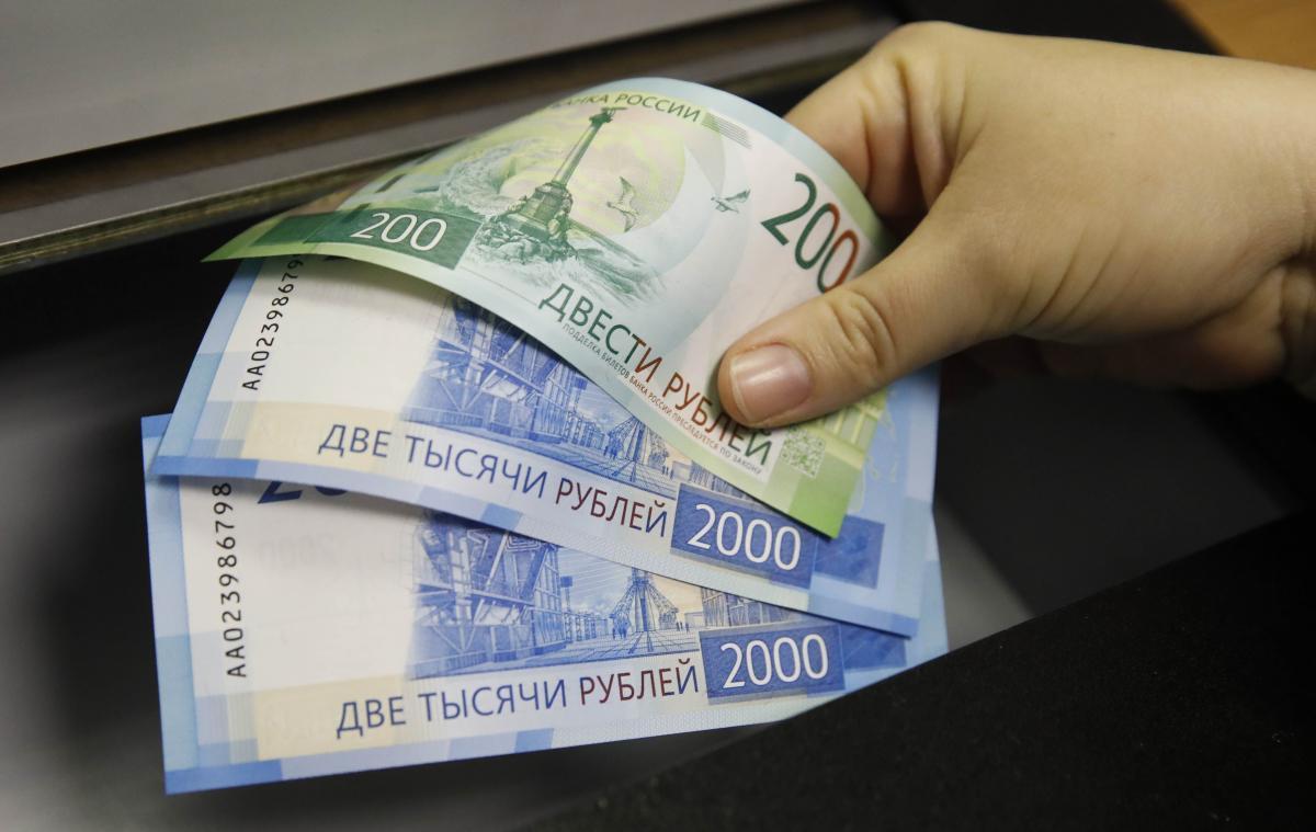 Рубль стремительно падает / REUTERS