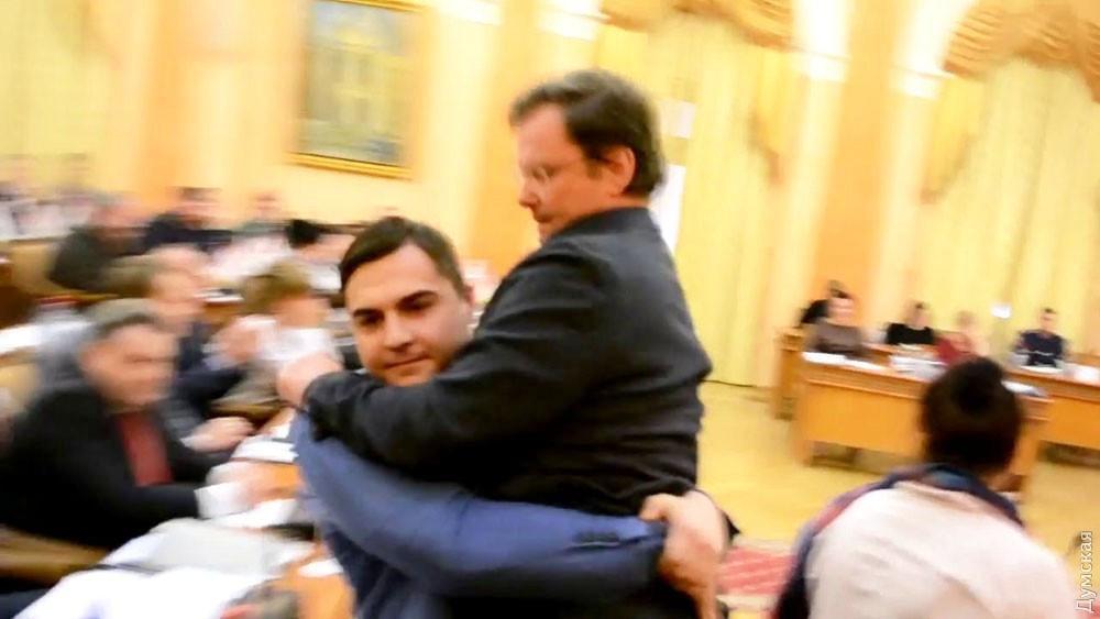 Палпатин выносит Боровика из зала заседаний Одесского горсовета / фото Думская
