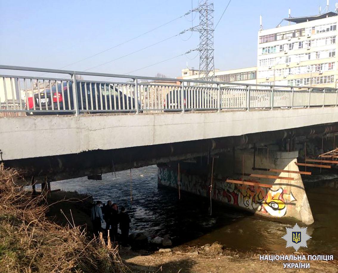 В Харькове под мостом нашли тело мужчины в мешке / hk.npu.gov.ua