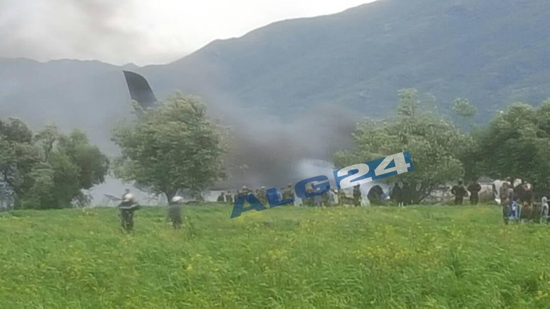 К месту падения воздушного судна прибыли бригады спасателей и отряды служб безопасности / фото twitter.com/Alg24net