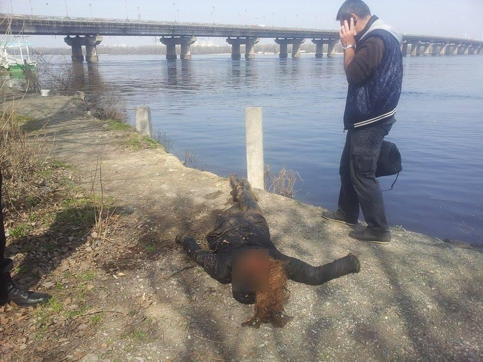ВКиеве cотрудники экстренных служб достали труп женщины изДнепра