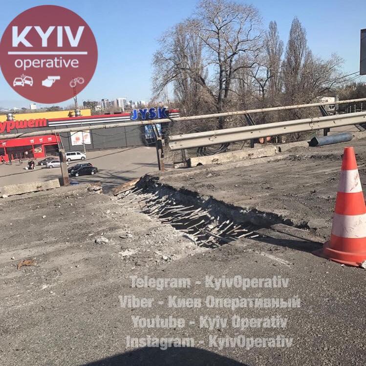 На дороге образовалась большая дыра / фото Киев оперативный