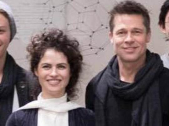 Брэд Питт начал ухаживать за Оксман еще в разгар развода / Daily Mail/instagram.com/camenzino