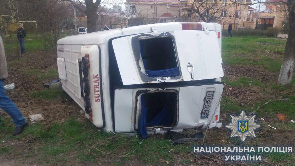 Микроавтобус перевернулся / фото od.npu.gov.ua