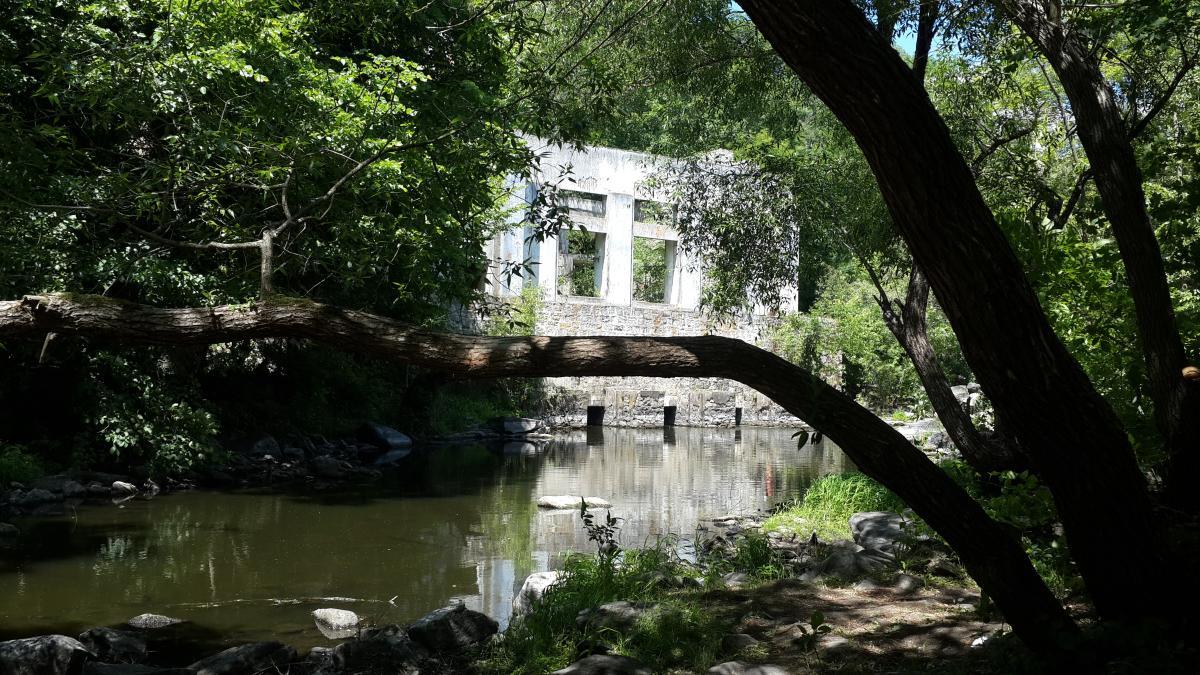 Руины старой ГЭС в каньоне / фото Марина Григоренко