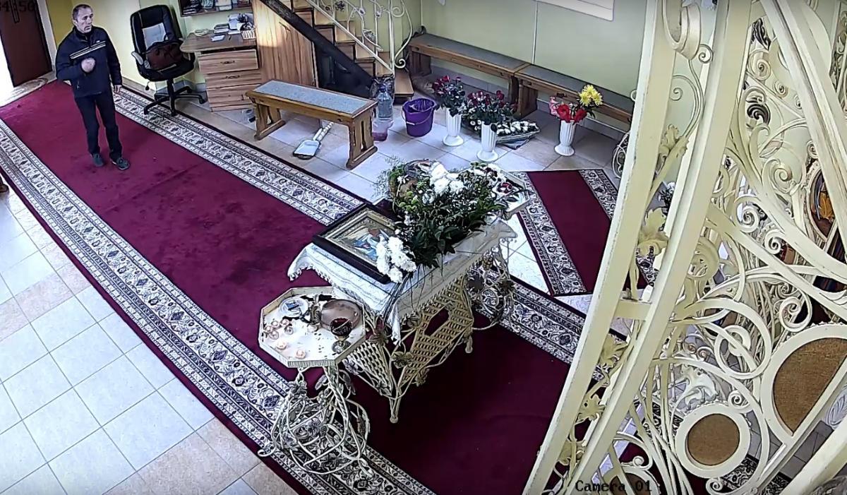 У Тернополі чоловік пограбував церкву, скрін з відео