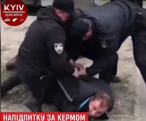Водитель пытался закрыться в кабине / Скриншот видео ТСН