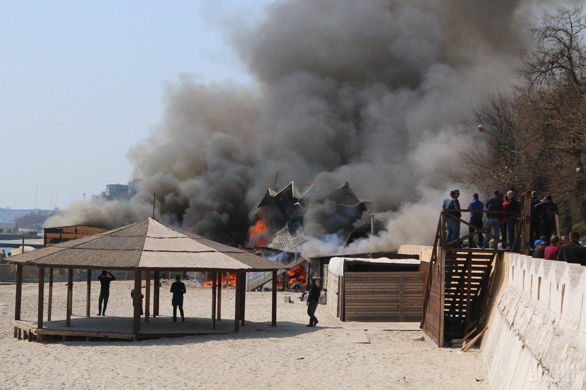 На пляжі в Одесі горить ресторан фото УНІАН