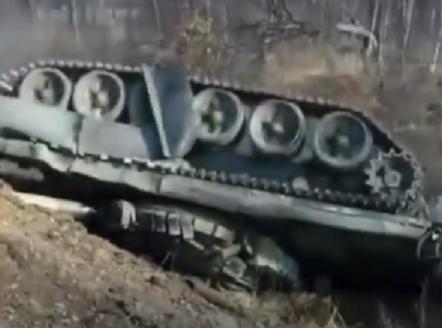 Армейский способ. В РФ  военные натрассе уронили танк вкювет