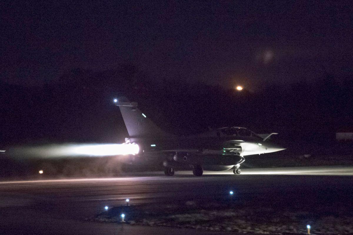 Истребитель готовится к вылету для удара по Сирии / REUTERS