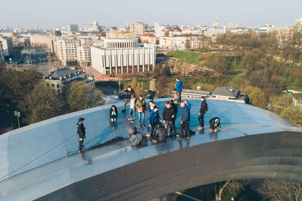 Группа экстремалов забралась на Арку дружбы народов в столице / Информатор