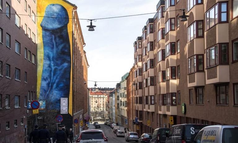 В Стокгольме мурал с изображением пениса замалюють через жалобы соседей / фото The Guardian