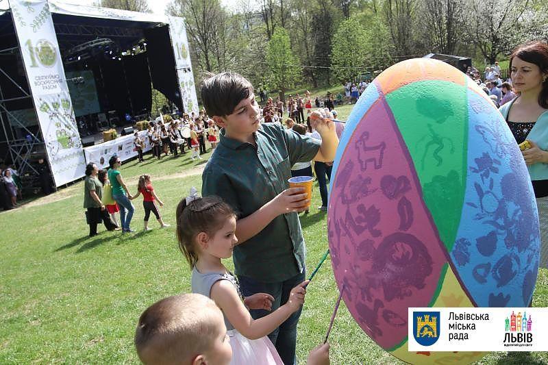 Львовские и тернопольские ячейки «Союза украинской молодежи» обучают всех желающих росписи / фото ЛГС