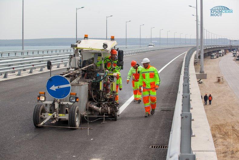 На автодорожную часть моста через Керченский пролив нанесли дорожную разметку / фото most.life