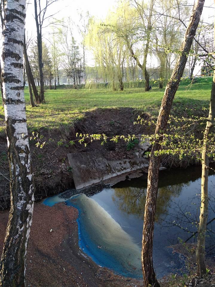 Вода в реке стала необычного голубого цвета / фото facebook.com/iryna.nebesna