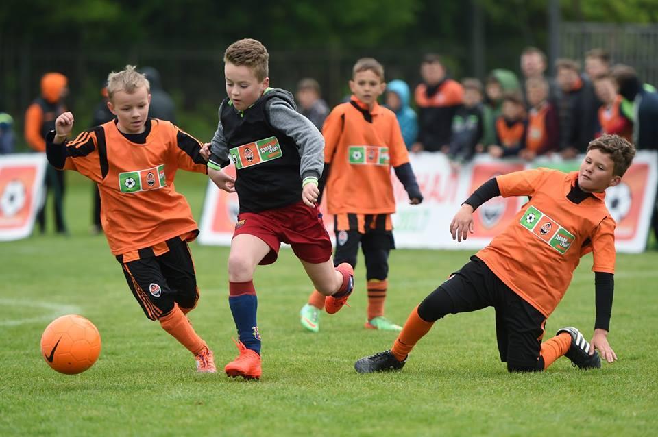 """Діти з харківських футбольних шкіл отримають нові м'ячі від """"Шахтаря"""" / facebook.com/fcshakhtar"""
