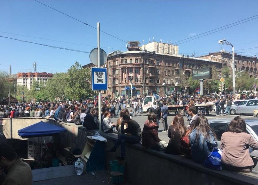 Центр Еревана заняли сторонники оппозиции / Фото twitter.com/CivilNetTV