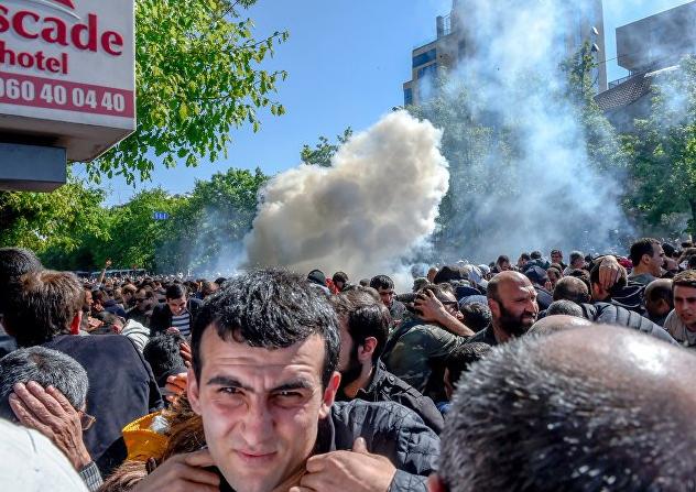 У Вірменії в результаті зіткнень протестуючих з поліцією постраждали десятки людей / @OlegPanfilov7