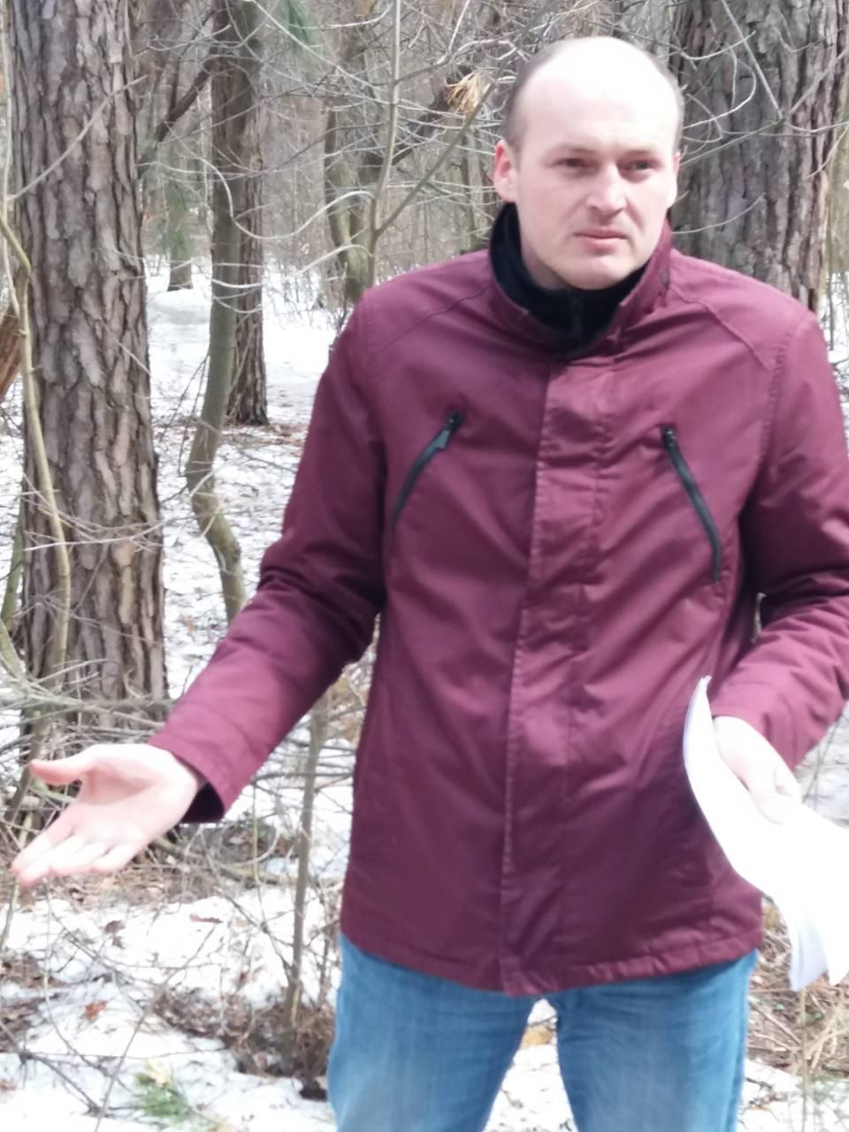 Олександр Марахонько зауважив, що у боротьбі зі шкідниками-короїдами використовуються різні методи / фото Ірина Синельник