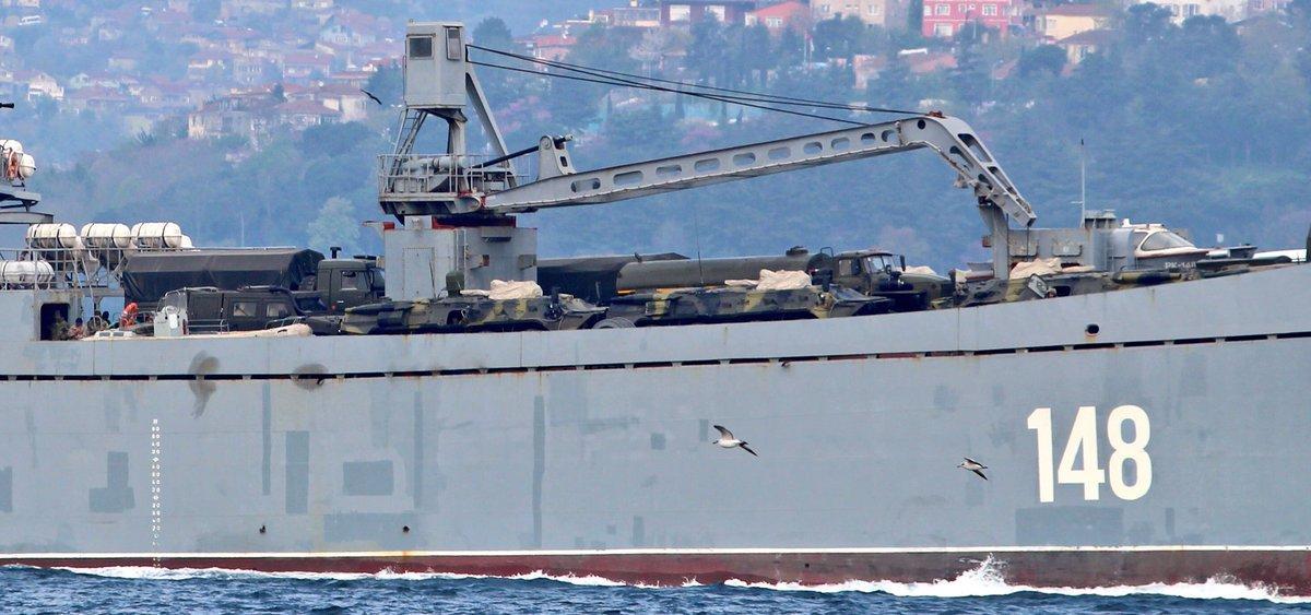 На борту были замечены военные, охраняющие российскую технику / фото twitter.com/YorukIsik