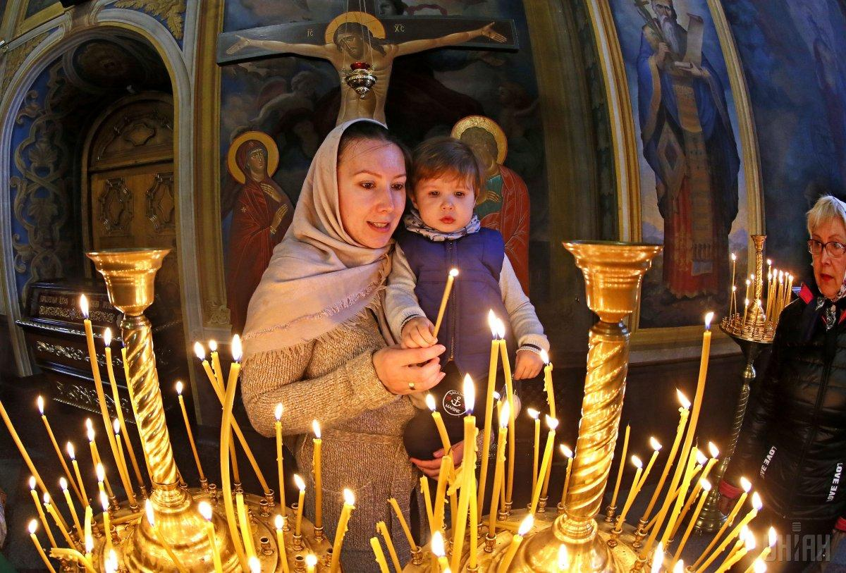 У православні церкви зазвичай не пускають жінок з непокритою головою / фото УНІАН