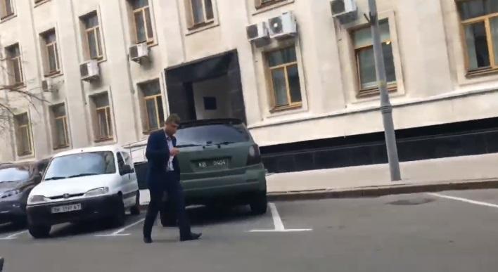 """Гаврилюка """"застукали"""" возле волонтерского авто / Скриншот"""