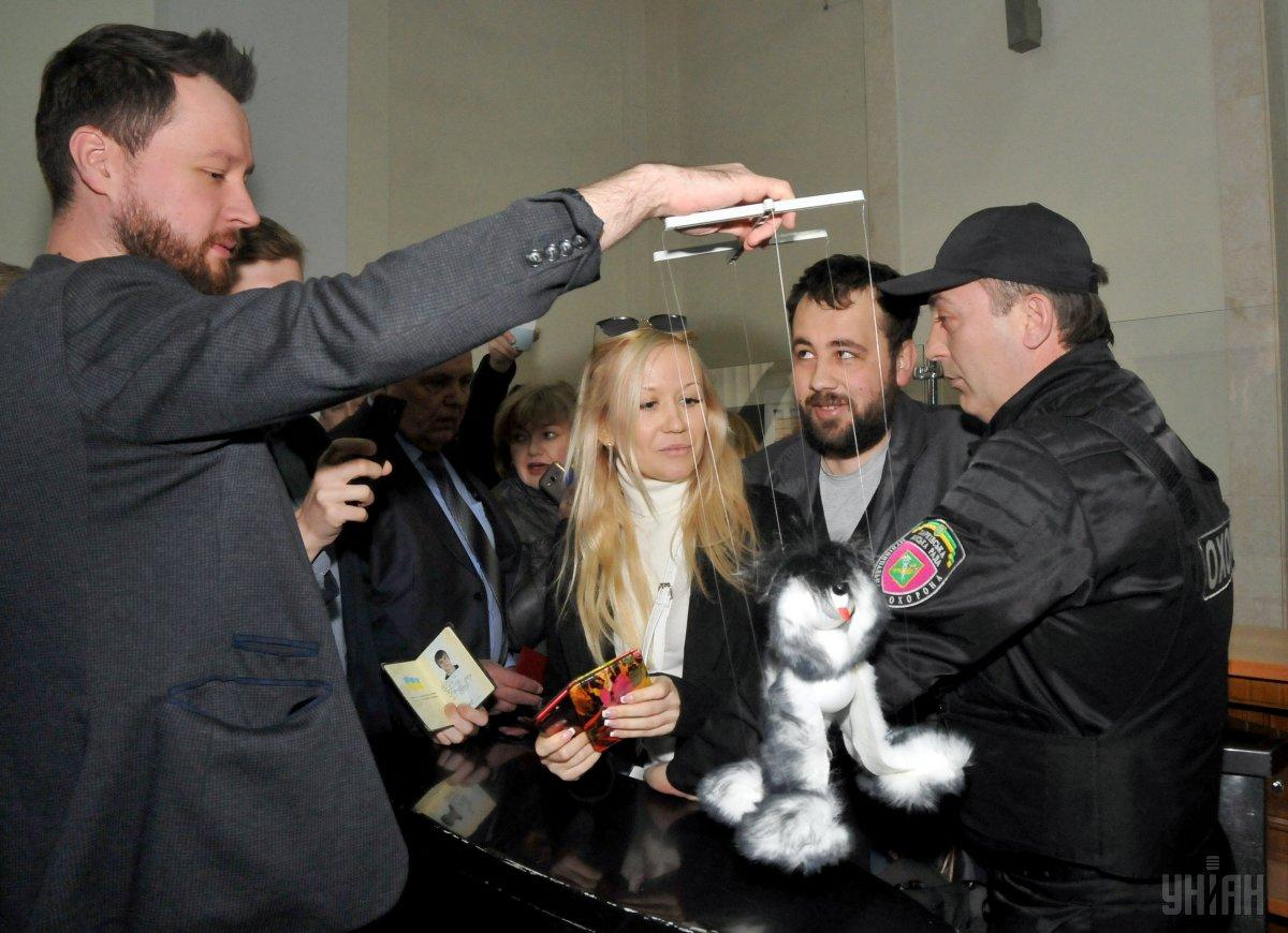 Вхарьковской мэрии произошла потасовка между активистами иохранниками