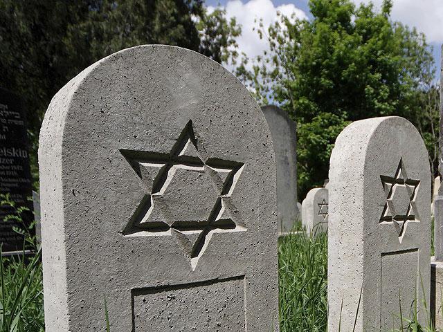 Осквернили єврейський цвинтар в околицях Парижа / newsru.co.il
