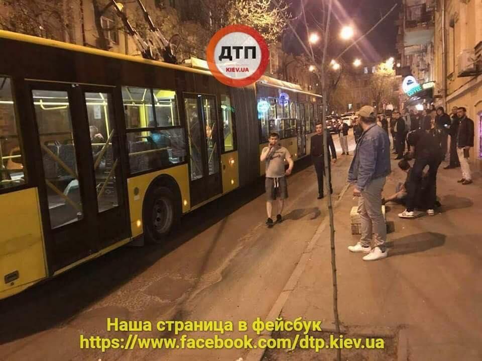 Вцентре украинской столицы втроллейбусе произошла драка споножовщиной