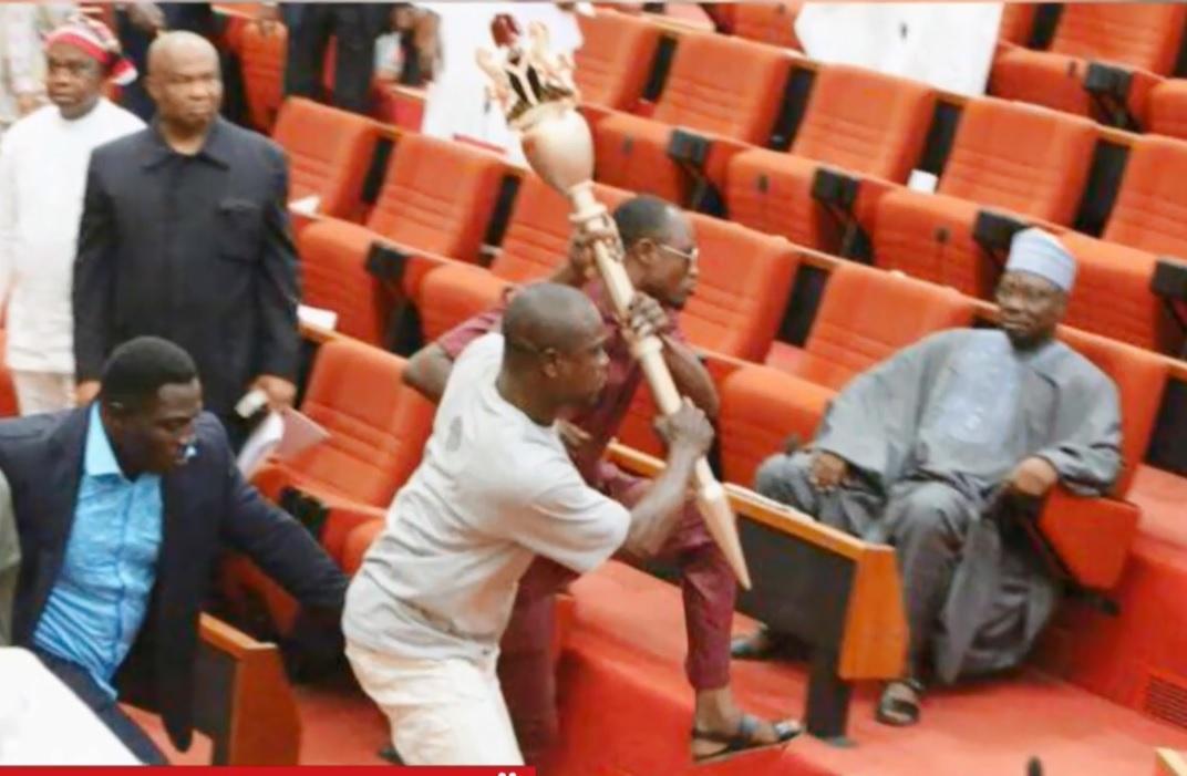 В парламент Нигерии пробрались похитители церемониального жезла / Скриншот - ТСН