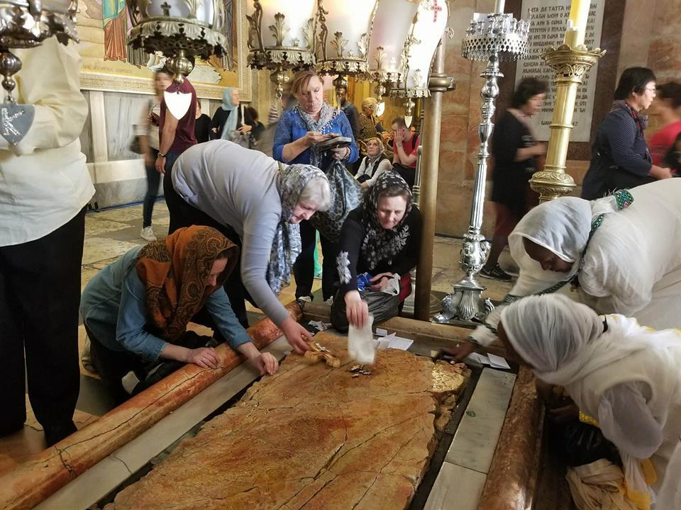 Віруючі висвітлюють хрести та ікони на Камені Помазання – місце, де тіло Господа готували до поховання / Анна Горпинченко