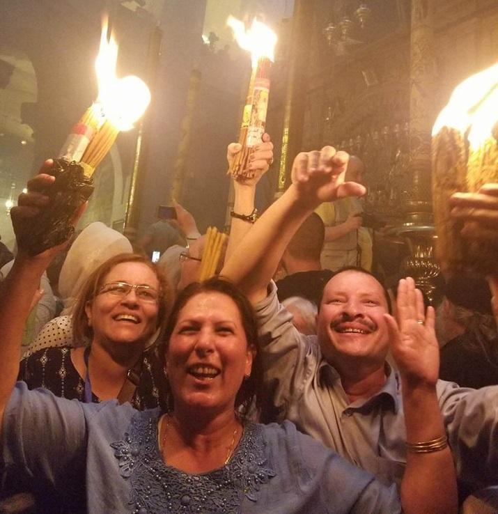 У храмі тисячі людей із запаленими свічками – жодного випадку загоряння від Благодатного Вогню / Анна Горпинченко