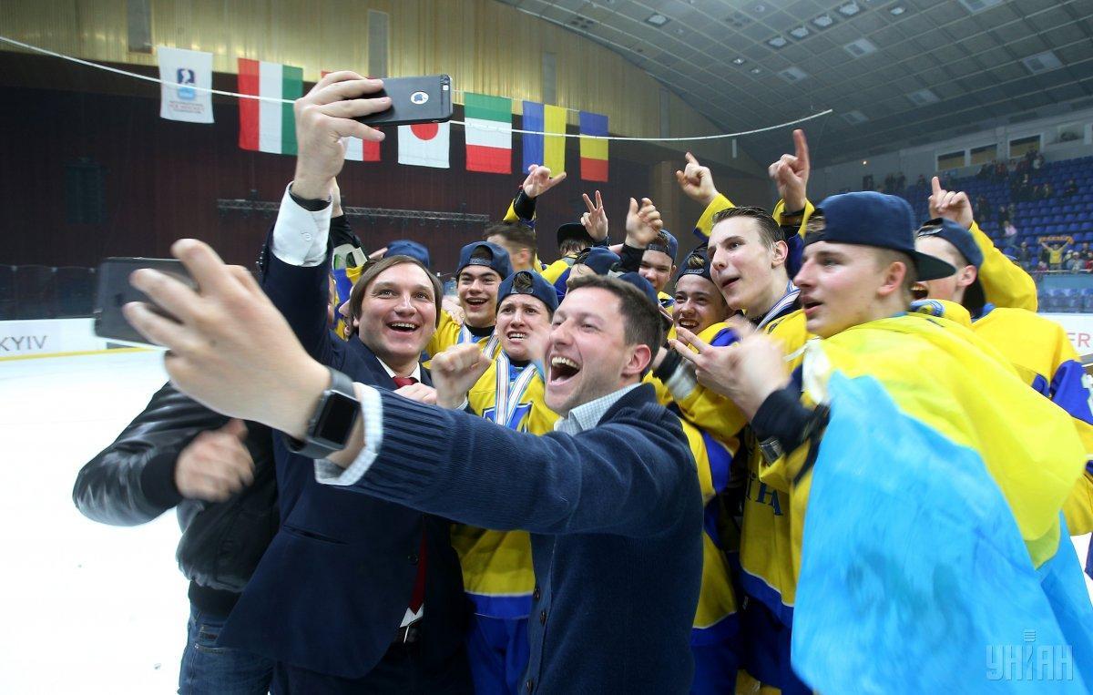 Украинская сборная по хоккею празднует победу / фото УНИАН