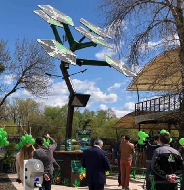 Первое в Украине смарт-дерево установили в киевском парке / фото facebook.com/yuriy.nazarov.3