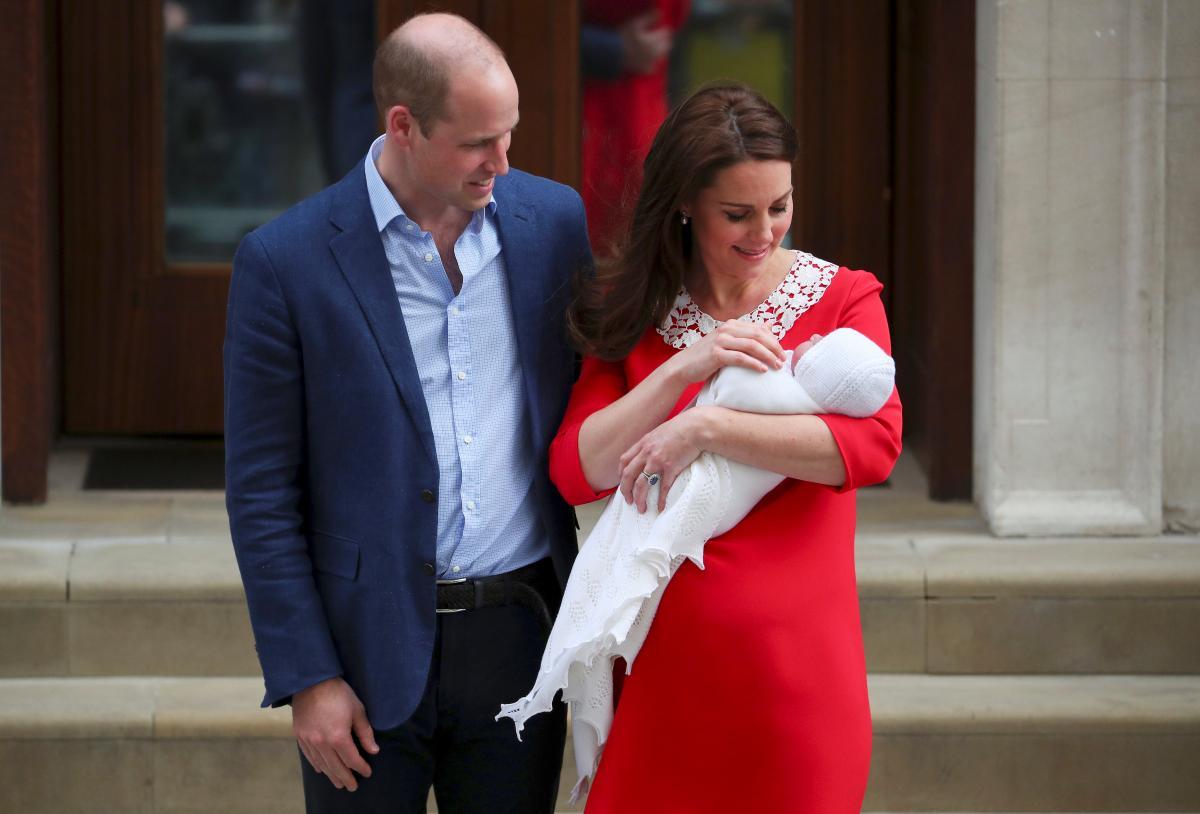 Кейт Миддлтон и принц Уильям с новорожденным принцем Луи / фото REUTERS