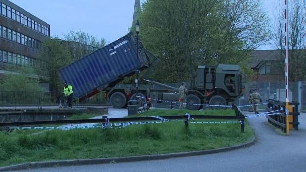 Британские военные разгружают технику в Солсбери
