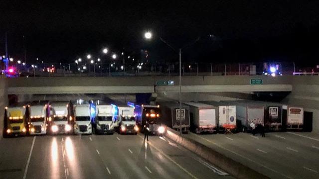 13 грузовиков встали под мостом в Детройте, чтобы спасти мужчину от суицида / fox2detroit.com
