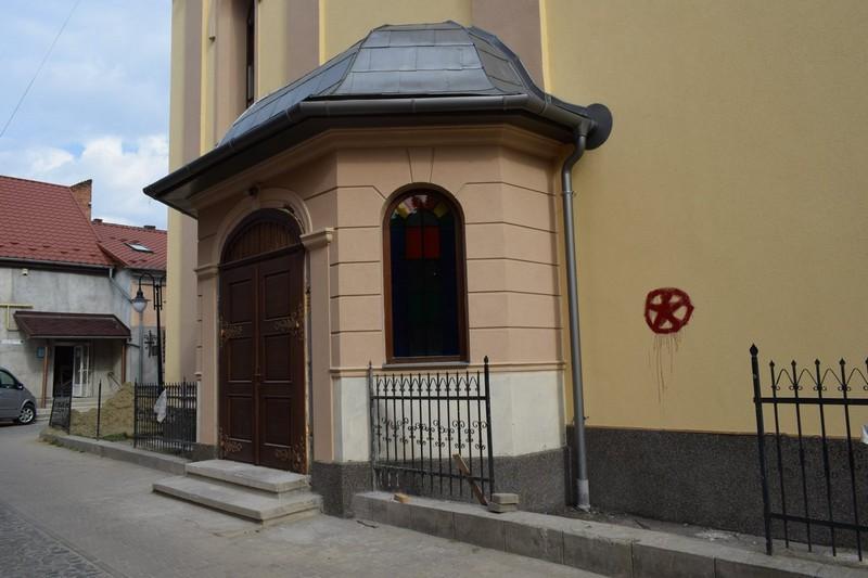 В Берегово вандалы повредили стену реформатской церкви / pmg.ua