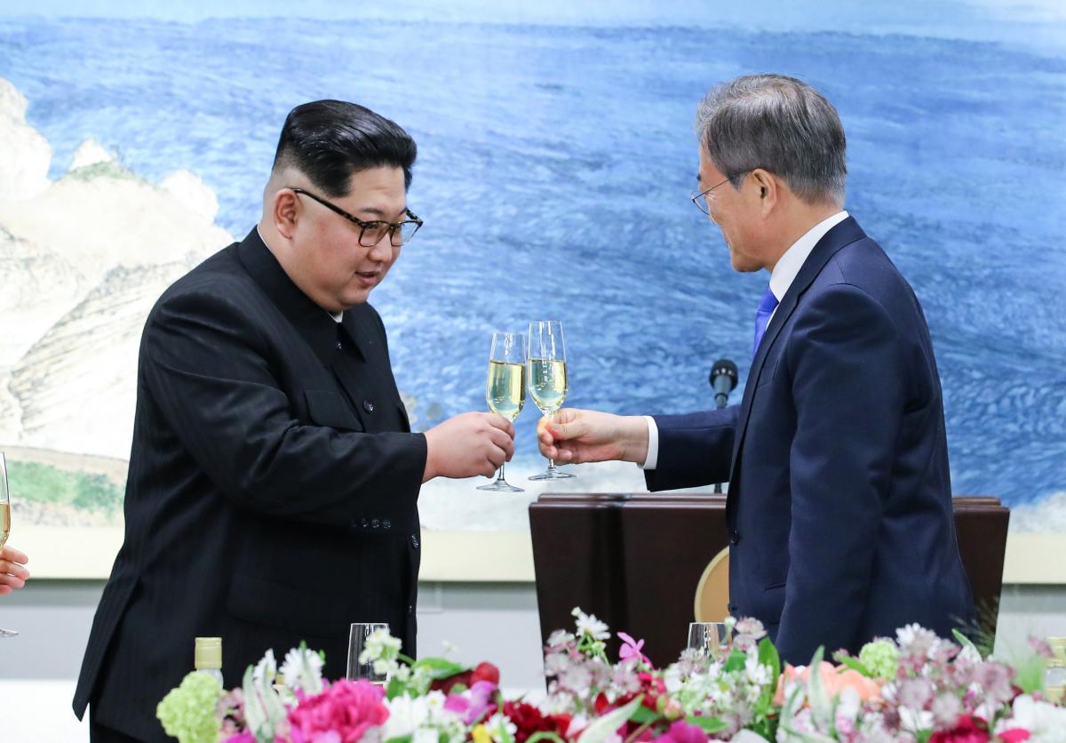 Ким Чен Ын, и Мун Чжэ Ин / REUTERS