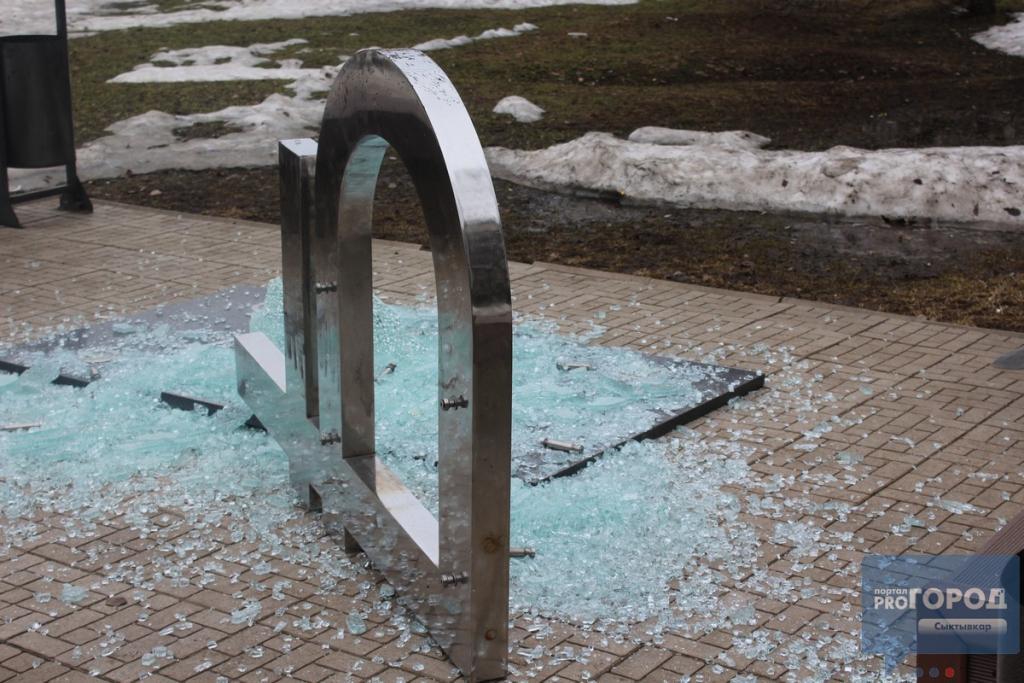 Слідом за національною російською валютою Сыктивкаре впав пам'ятник рублю / фото pg11.ru